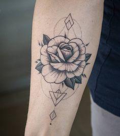 "222 curtidas, 4 comentários - th INK different TATTOO (@manuel.formentini) no Instagram: "" #rosa #rose #rosetattoo #flowertattoo #geometricrose #dotwork #minimaltattoo #blackart #tattoo…"""