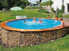 A great way to dress up an above ground pool. A gabion wall surround Front Yard Fence, Fenced In Yard, Brick Fence, Above Ground Pool, In Ground Pools, Piscine Diy, Gabion Baskets, Country Fences, Gabion Wall