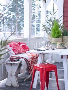 Met deze rode accessoires en meubels kom je helemaal in de wintersfeer! www.gewoonstijl.nl