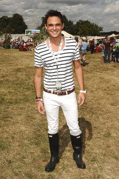 Gareth Gates shown here at the V Festival in 2009 shows you men how its done!