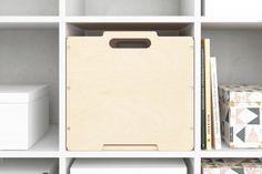 Ikeas Kallax Regal eröffnet dir unendliche Gestaltungsmöglichkeiten. Entdecke jetzt unsere cleveren Ergänzungsprodukte, wie CD- und Flascheneinsätze. Ikea Bissa, Ikea Stuva, Ikea Regal, Ikea Kallax Regal, New Swedish Design, Ikea Art, Billy Regal, Plastic Cutting Board, Interior Design