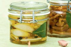 Aglio sott'olio: una preparazione base che può trasformarsi in un prelibato antipasto. Da provare con aglio fresco e olio di oliva di qualità. Antipasto, Preserving Food, Soul Food, Finger Foods, Preserves, Chutney, Italian Recipes, Pesto, Pickles