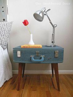 Auch ein alter Koffer kann leicht zu einem schönen Nachttisch umfunktioniert werden