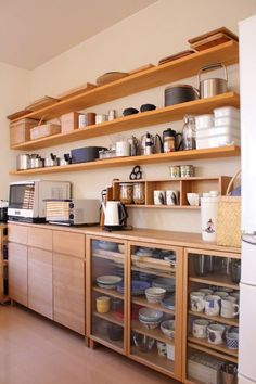 Have you ever thought about turning your cooking area right into a Japanese kitchen. If not, you can search for Japanese kitchen layouts and versions here. Home Kitchens, Kitchen Remodel, Kitchen Design, Simple Kitchen Design, Modern Japanese Kitchen, New Kitchen, Muji Home, Kitchen Interior, Wooden Kitchen