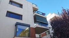 Ai un balcon care este expus la soare. Instaleaza o copertină retractabila premium Multi Story Building, Restaurant, Mansions, House Styles, Home Decor, Decoration Home, Manor Houses, Room Decor, Diner Restaurant