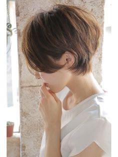 まぁるいフォルムで柔らかい印象のショートヘア。長めの前髪がアンニュイで大人っぽい雰囲気を残しつつ、全体にゆるくかかったパーマのおかげで、可愛らしい印象を残してくれます。
