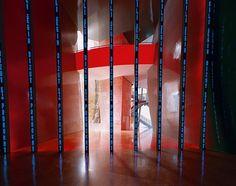 """""""Instalación para Bilbao"""" de Jenny Holzer. Esta pieza, visible desde el Atrio del Museo, se compone de una serie de tubos LED que albergan mensajes inquietantes ¿Si tuvieras la oportunidad, QUÉ mensaje te gustaría trasladar en un Museo? http://owl.li/tyW3k"""