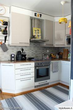 keittiö,keltainen,kattovalaisin,raitamatto,keittiön välitila