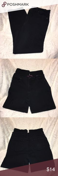 "Gloria Vanderbilt AMANDA Jeans Gloria Vanderbilt AMANDA Jeans EUC ""excellent used condition"" the item is like new, with little or no wear and tear. Gloria Vanderbilt Jeans Straight Leg"