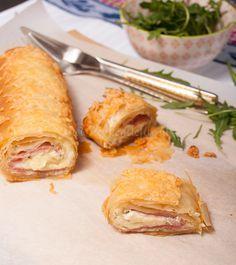 Deze ham-kaasstrudel smaakt heerlijk bij de borrel of als hartige snack tussendoor of gewoon bijeen kom soep. Snel maken dus en smullen maar!