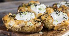 Πατάτες φούρνου με τυριά από τον Άκη Πετρετζίκη. Ένα ορεκτικό για τους λάτρεις της πατάτας! Συνοδεύστε το κρέας σας με γεμιστές πατάτες και θα ενθουσιαστείτε!!