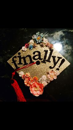 Graduation cap decoration #graduation #diy #gradcap #flowers