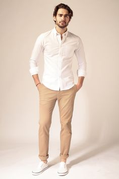 E-shop - Le Pantalon Chinos Men Outfit, Khaki Pants Outfit, White Shirt Outfits, Beige Pants, Men Shorts, Casual Wear For Men, Stylish Mens Outfits, Costume Beige Homme, Mens Style Looks