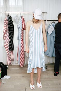 See the complete Balenciaga Resort 2017 collection.