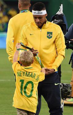Brazil's forward Neymar walks with a child after the Rio 2016 Olympic Games… World Football, Football Players, Psg, Neymar Pic, Man Of The Match, Most Popular Sports, Junior Fashion, Rio Olympics 2016, Rio 2016