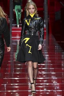 Versace Fall 2015 Ready-to-Wear Collection Photos - Vogue Versace Fashion, Runway Fashion, High Fashion, Fashion Show, Fashion Design, Fashion Trends, Versace 2015, 80s Trends, Style Haute Couture