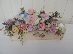 Decoration in a wooden box decorated with flowers, greenery, bunny and eggs. Vence, Wooden Boxes, Greenery, Centerpieces, Floral Wreath, Bunny, Eggs, Wreaths, Decoration