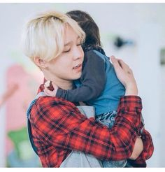 I can't handle it when my bias's are with babies/kids