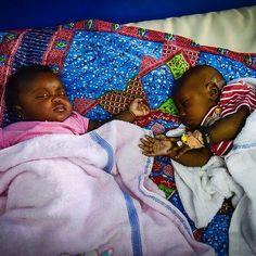 Baby's en kinderen onder de 5 jaar zijn extreem kwetsbaar voor longontsteking. Als ze binnen 24 uur geen hulp krijgen, lopen ze een groter risico om te overlijden. Laat ze niet stikken. Kom in actie voor 3FM Serious Request! © NPO 3FM/ Sacha de Boer