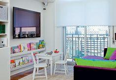 Este ambiente foi projetado para duas meninas se divertirem. Os livros foram dispostos em uma canaleta de madeira bem baixinha, para facilitar o acesso!