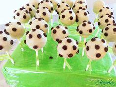Fußball-Cakepops backen für Fußballfans zur EM, WM, zum Kindergeburtstag oder einfach so. Mit Anleitung Schritt für Schritt ohne viel Aufwand! TOOOOR!