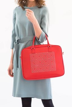 Red leather bag perfect for your busy days at the office #maxibag #officeoutfit #iuttabags