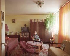 Ein Stockwerk tiefer wohnt Frau Bita. Ein Röhrenfernseher, dekoriert mit einem künstlichen Blumengesteck, ein Bakelit-Telefon, ein Farn auf dem Kleiderschrank: Die Wohnung versprüht noch den umwechselbaren Flair der Sowjet-Zeiten. Seit 1967 wohnt die Rentnerin in dem Appartement im neunten Stock.