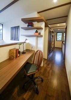 吹き抜けでリビングとつながる、ほどよい距離感の書斎コーナー。 インテリア おしゃれ 吹き抜け 自然素材 飾り棚 