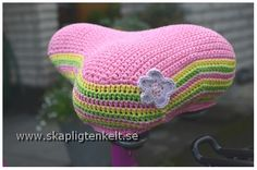Crochet a cover for your bicycle seat. Crochet Home, Crochet Crafts, Crochet Projects, Free Crochet, Knit Crochet, Simple Crochet, Easy Yarn Crafts, Bike Seat Cover, Textiles