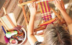 A arte da tecelagem é apaixonante e você resolveu aprender. Mas qual o melhor tear para iniciantes? A gente responde para você. A resposta mais honesta a esta pergunta é que qualquer tear, seja ele de pregos, de tricot, de papelão, pente liço ou tear de pedal, é perfeito para quem quer aprender tecelagem. Claro, há de se levar em consideração o grau de dificuldade de cada tipo. #artetêxtil #Artesanato #comoescolher #Dicas #fazfacil #tear #teardepenteliço #teardepregos #tearmanual Tablet Weaving, Loom Weaving, Tapestry Weaving, Diy Recycle, Recycling, Weaving Techniques, Diy And Crafts, Canvases, Tapestry Loom