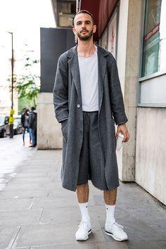 2017-05-06のファッションスナップ。着用アイテム・キーワードはコート, スニーカー, ハーフパンツ, 無地Tシャツ, 白Tシャツ, Tシャツ,Reebok(リーボック)etc. 理想の着こなし・コーディネートがきっとここに。  No:210218