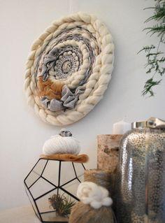 Tissage mural rond, grand tissage circulaire boho, décoration murale bohème, suspension murale boho, tissage blanc et gris, fête des mères de la boutique CosyJungle sur Etsy