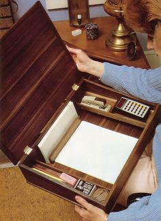 The Shaker Lap Desk - DIY Even in contemporary times, a Shaker lap desk is a distinctive yet functional furniture piece. Here's how to build one. Furniture Projects, Wood Projects, Diy Furniture, Furniture Vintage, Furniture Design, Woodworking Box, Woodworking Projects, Woodworking Videos, Woodworking Equipment