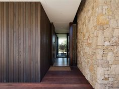 Wolveridge Architects have designed the Mt Martha Beach House, a home for a young family in Melbourne, Australia. Stone Cladding Exterior, House Cladding, Stone Facade, Facade House, Sandstone Cladding, Modern Exterior, Exterior Design, Colonial Exterior, Australia House