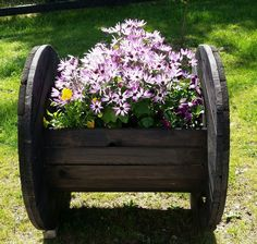 DIY cable reel planter, a lovely new addition to my garden Large Wooden Spools, Wooden Spool Tables, Wooden Cable Spools, Cable Spool Tables, Wood Spool, Garden Yard Ideas, Diy Garden Projects, Diy Garden Decor, Garden Planters