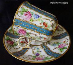 本日は、フランス製パリ窯オールドパリスカップ&ソーサー(金彩ブルー)のご紹介です。。。オールハンドペイントの美しいブルーと金盛の、パリ窯らしいデザインのセットですね。。。ハンドルのシェイプもとても特徴的ですね。。。そしてこの金盛!!(´⊙ω⊙`)ピンク、青、紫の他に朱色が入っていますよね。。。この朱色がいつもとてもよく効いているなぁ・・・とパリ窯の花柄を見るたびに思います(笑)。。。なんとも言えない良いカラー。。。古いお品ですが、状態もとても良いです。。。パリ窯のお品は、状態が良いものを探すのが難しいアイテムですので、良い状態で残っているものがあると「ビビビッ!!!!」とキてしまうのです(笑)。。。カップを手に取ると金の装飾が盛り上がっている部分が指先にあたり、とても心地良いです(笑)。。。このような薄い形状の...フランス製パリ窯オールドパリスカップ&ソーサー(金彩ブルー)