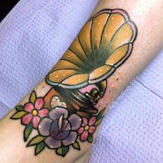Kawaii style gramophone tattoo on the leg. Artista Tatuador: Kelly McGrath