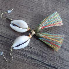 Boucle d'oreille cléopatre cauri et jupe multicolore.