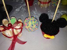 Manzanas cubiertas con chocolate... Decoradas con soletas, con perlas y con azúcar negra...