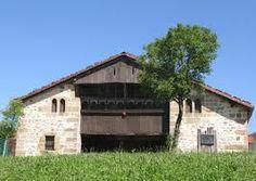 Landetxo goikoa. -El caserío Landetxo Goikoa ubicado en el Barrio Landetxo del municipio de Munguía (Vizcaya, España), está considerado uno de los ejemplares más arcaicos de vivienda rural existentes en el País Vasco.   Esta construcción data posiblemente del siglo XVI y se clasifica dentro de los denominados caseríos gótico-renacentistas.