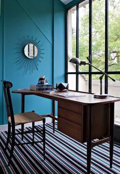 Moquette rayée, murs colorés et bureau stylé : une ambiance singulière règne dans le bureau - Sarah Lavoine : sa nouvelle maison de campagne - CôtéMaison.fr