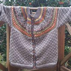 i litt bedre lys Designer Knitting Patterns, Knitting Designs, Pattern Design, Free Pattern, Icelandic Sweaters, Knit Cardigan, Mantel, Crochet Projects, Knitwear