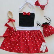 Kit Avental Infantil Coleção Minnie e Mickey - Minnie Sewing Doll Clothes, Sewing Aprons, Sewing Dolls, Princess Apron Pattern, Princess Aprons, Baby Dress, Dress Up, Cute Aprons, Kids Apron