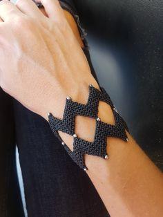 Zig Zag Black Macrame bracelet with beads,Handwoven Cuff ,Black Beaded Macrame Bracelet,Handknotted Macrame Colar, Macrame Bracelet Diy, Macrame Bracelet Patterns, Macrame Jewelry, Boho Jewelry, Beaded Bracelets, Micro Macramé, Beaded Jewelry Designs, Bracelet Tutorial
