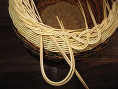 Images in Anna's post Paper Basket Weaving, Making Baskets, Newspaper Crafts, Weaving Patterns, Rattan, Decorative Bowls, Projects To Try, Crochet, Rolled Paper