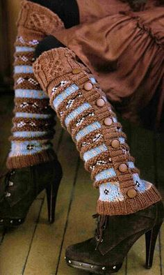 "Pattern Nicky Epstein Rowan Silk Wool Leg Warmers - from the book ""Knitting Around The World"" ( I love the color contrast) Knitting Club, Knitting Socks, Knitting Machine, Knitting Projects, Knitting Patterns, Crochet Patterns, Guêtres Au Crochet, Diy Accessoires, Old Sweater"