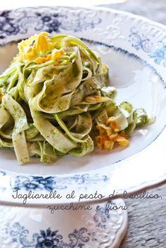 Tagliarelle al pesto di basilico, zucchine e fiori