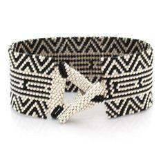 Confortable, souple et léger avec le toucher du tissu, ce brassard est 8 de longueur et plus d'un pouce de largeur rendant parfait pour un 6,5 à un poignet de 7 pouces. Le brassard de l'ensemble a été fait avec des perles Miyuki Delica considéré comme le meilleur pour la qualité et