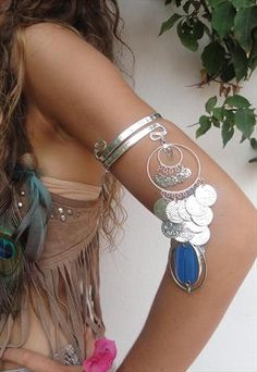 Its like gypsy meets boho! AMAZING! I would wear this. From the gypsy arm cuff to the feathers in her hair to the cute shredded crop top! I just love it so much!