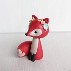Cette figurine de renard roux est sculptée en pâte polymère avec poudre minérale mica brillant pour une subtile brillance et effet marbre élégant à la main. Elle est un bonbon de style boho petit renard avec des fleurs sur sa tête. Le renard serait un parfait élégant boisé de gâteau